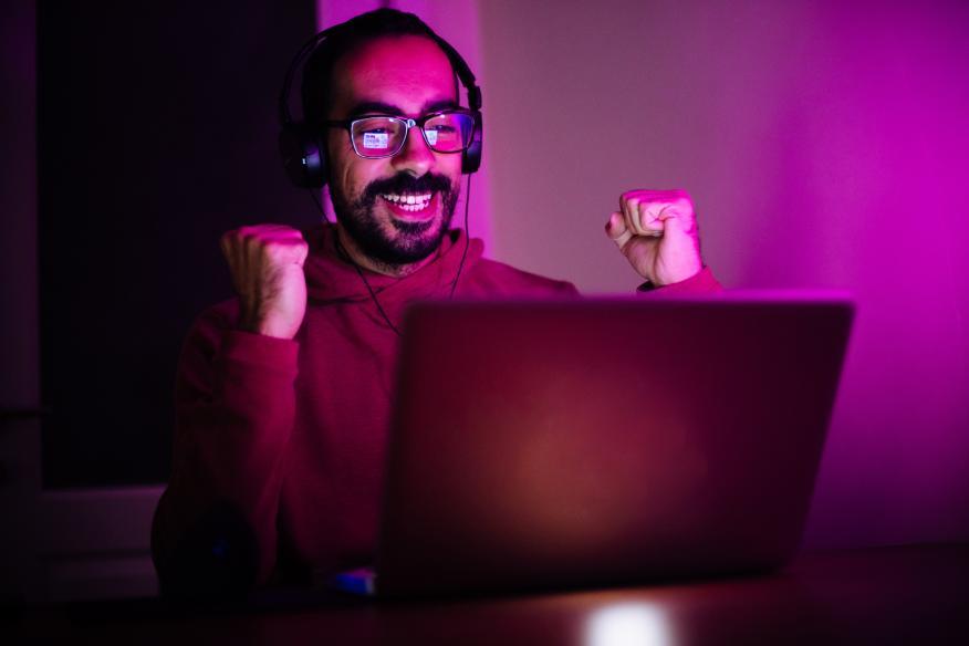 Un gamer celebrando una victoria
