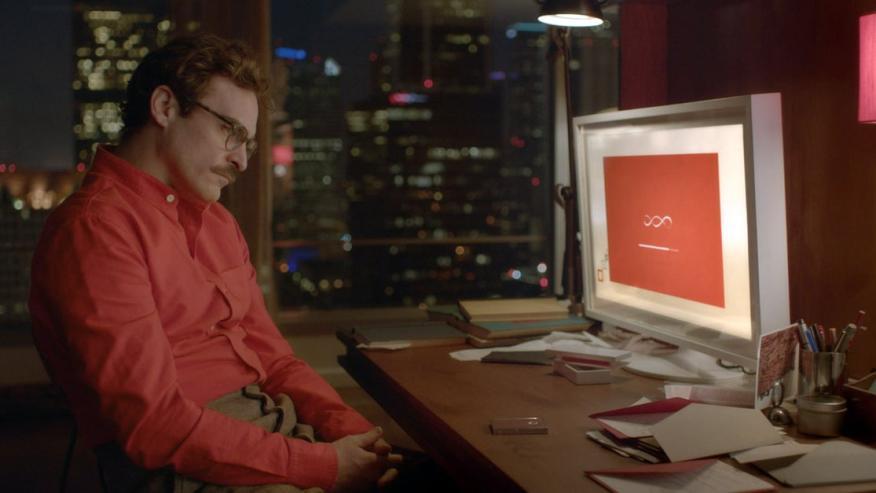 Joaquin Phoenix instalando OS One en la película 'Her', de 2013.