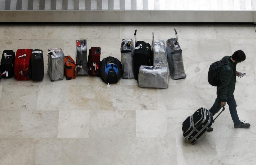 Un hombre en un aeropuerto con su maleta