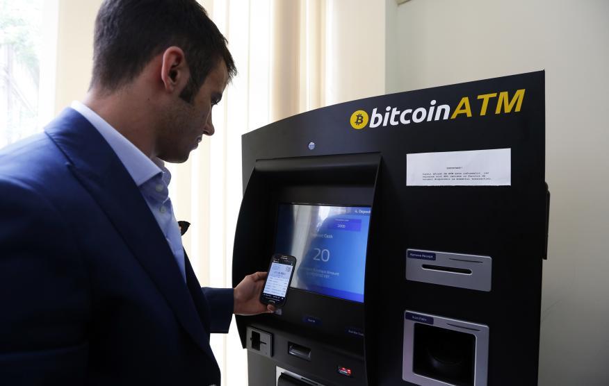 Hombre comprando Bitcoin