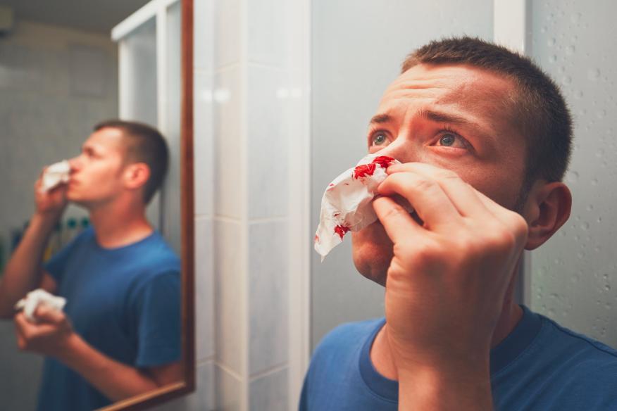 Hombre sangrando por la nariz