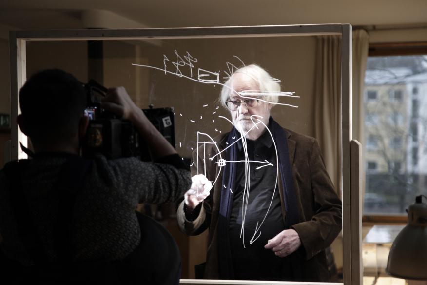 Juhani Pallasmaa, arquitecto y profesor, exdecano de la Universdad tecnológica de Helsinki, durante la grabación del documental 'Rediseñando el mañana'.