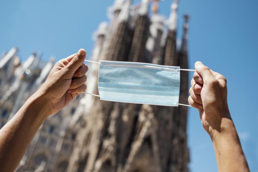 Una mascarilla frente a la Sagrada Familia de Barcelona