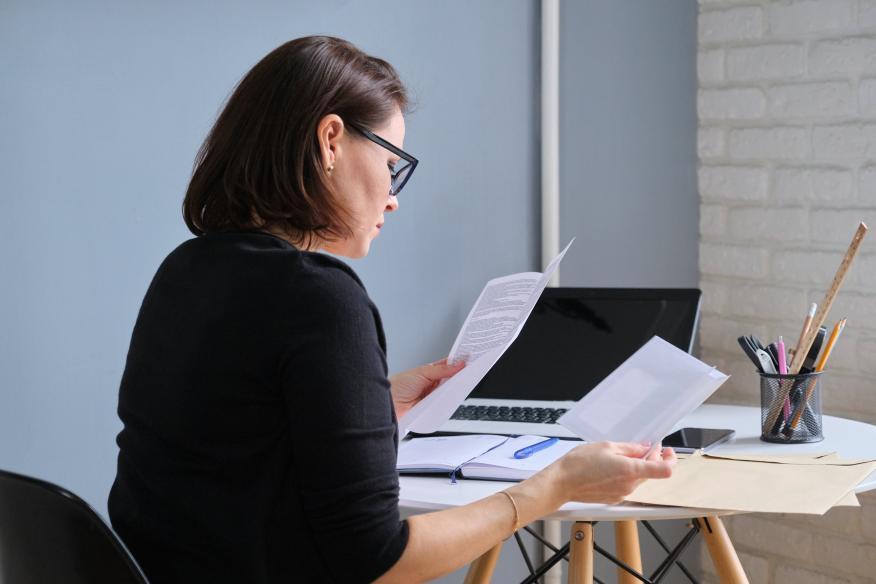 Mujer revisando papeles