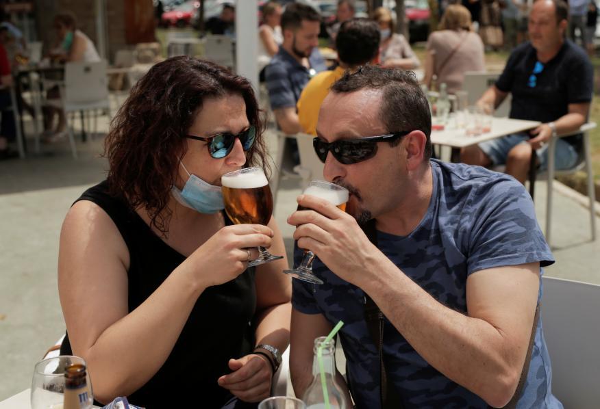 Pareja bebiendo en una terraza