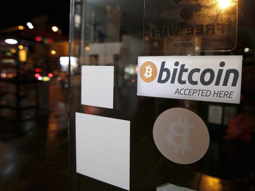 Una pegatina de bitcoin se ve en la ventana de la cafetería Vape Lab, donde se puede usar y comprar la moneda bitcoin, en Londres, Reino Unido, el 24 de marzo de 2015.