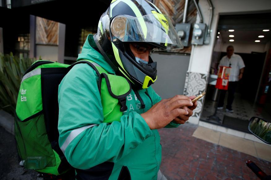Un repartidor de Uber Eats en plena pandemia del coronavirus en Ciudad de México, en México.