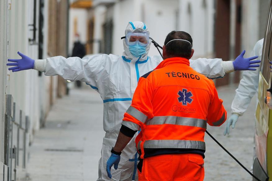 Un sanitario vestido con un traje protector durante la pandemia del coronavirus