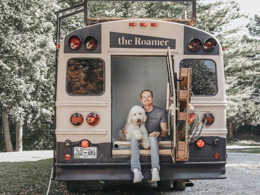 Caleb Brackney ha comprado y camperizado un viejo autobús escolar con poco más de 8.000 euros.