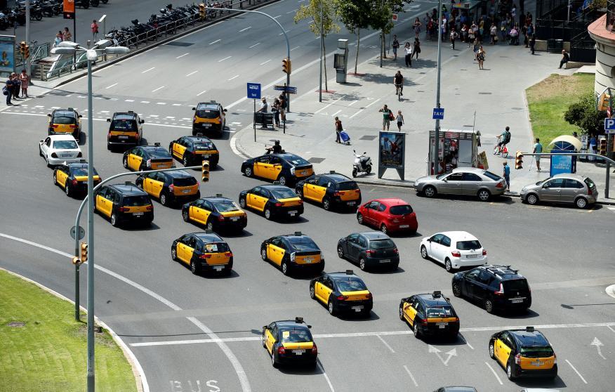 Marcha lenta de taxistas en Barcelona en julio de 2017 para protestar contra Uber y Cabify.