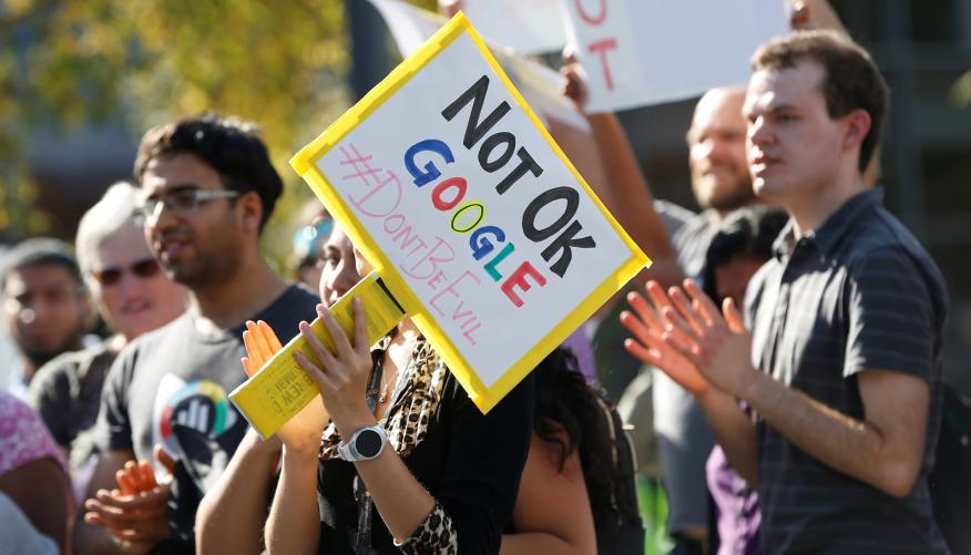 Trabajadores de Google, durante una concentración contra el acoso en la compañía