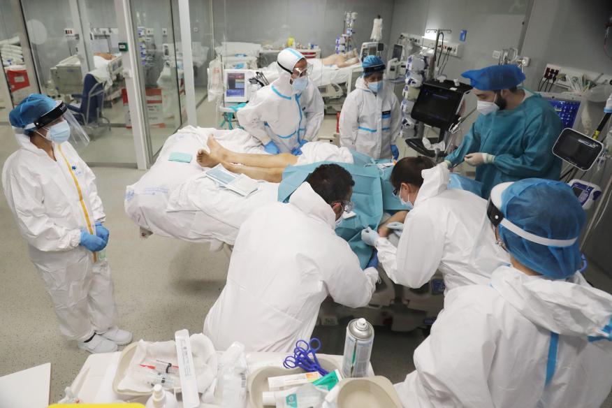 Varias personas atienden a un paciente de COVID en el Hospital Isabel Zendal de Madrid (Reuters)