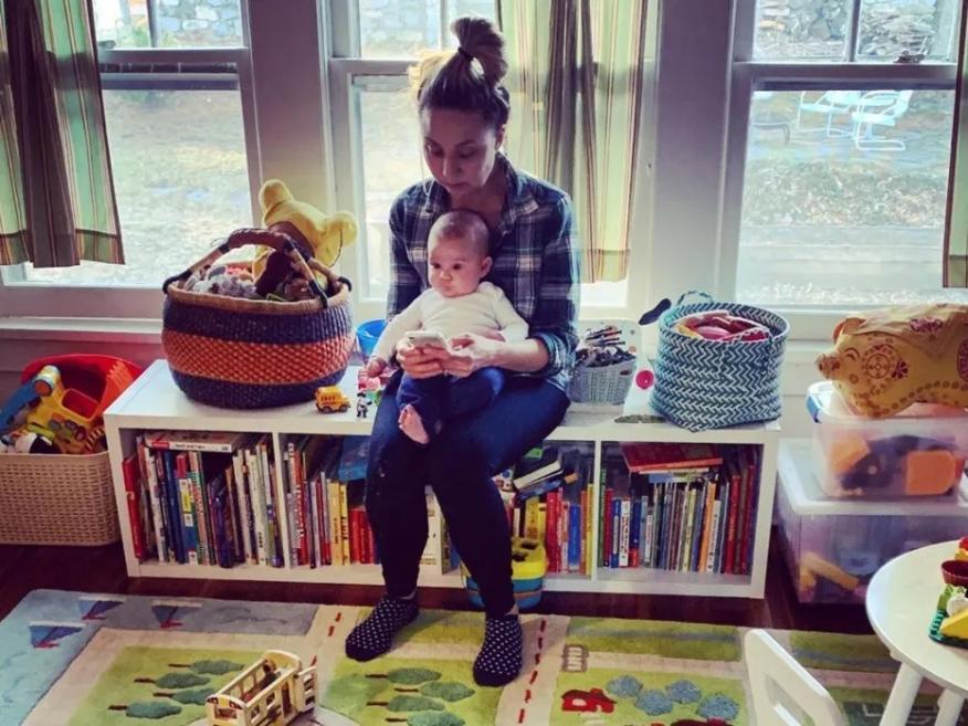 La autora con uno de sus hijos. Melissa Petro