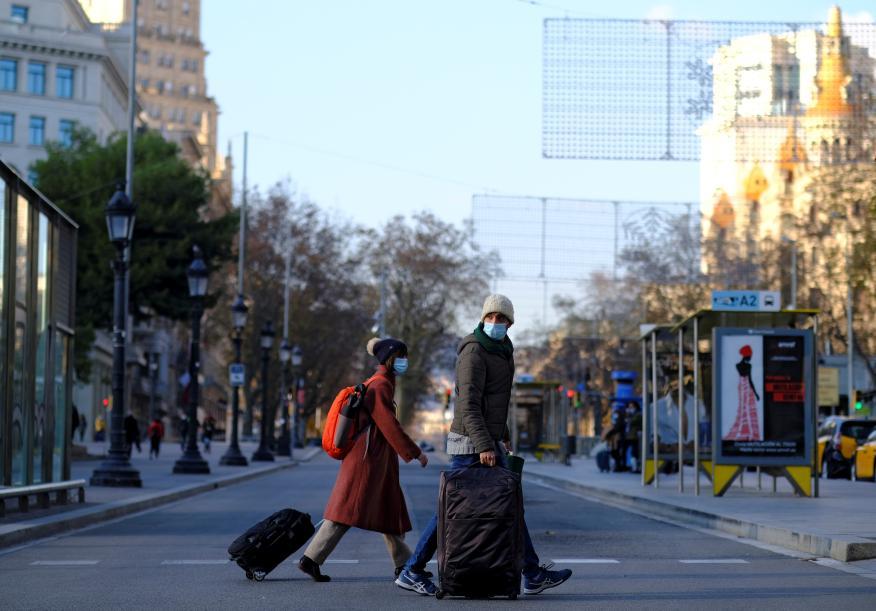 Dos viajeros con mascarilla en Barcelona, en enero de 2021