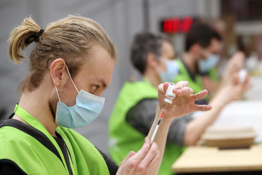Enfermero preparando una vacuna