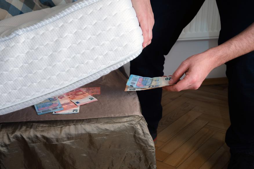 Guardar dinero debajo del colchón