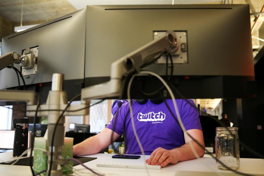Un hombre con una camiseta de Twitch
