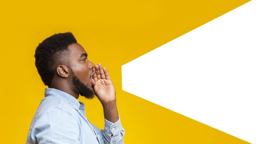 Un hombre hace el gesto de gritar.