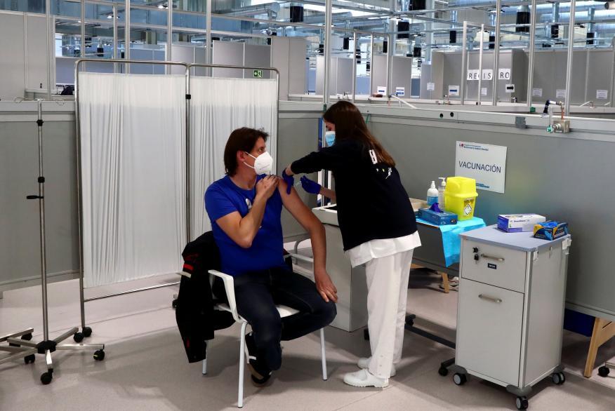 Un hombre siendo vacunado en España