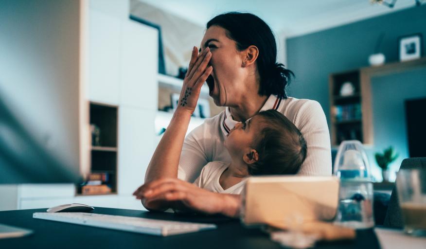 mujer trabajando en casa bostezando, falta de sueño