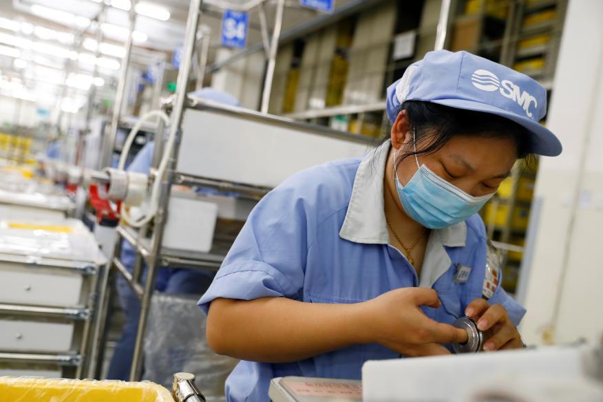 Una trabajadora de la empresa de componentes china SMC