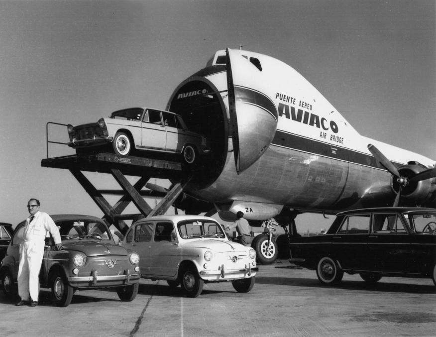 Para cargar los aviones Carvair, los vehículos se elevaban hasta el nivel de la cabina con un elevador.