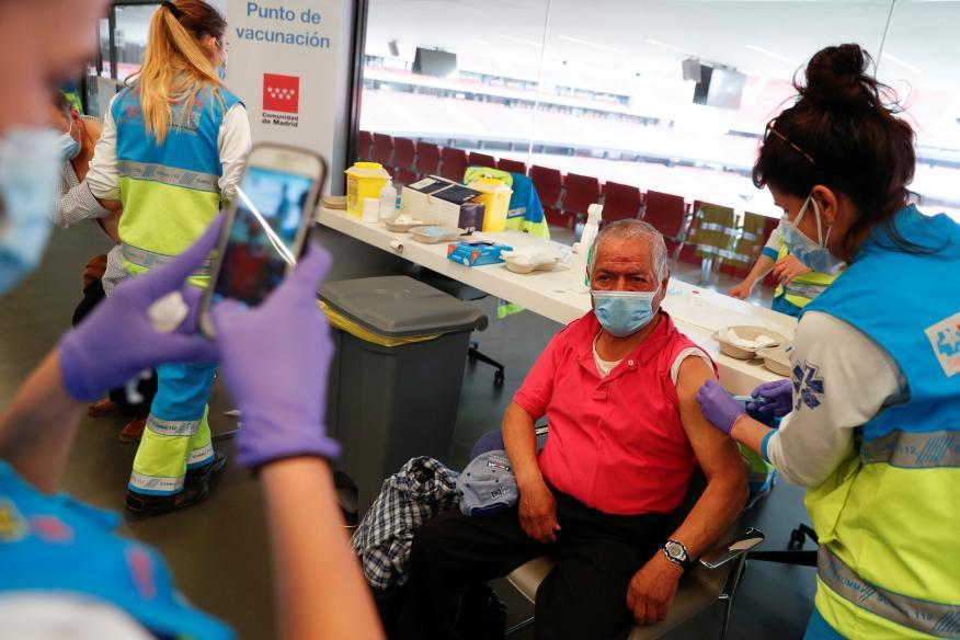 ¿Cuánto riesgo corres de tener COVID-19 después de recibir las dos dosis de las vacunas?
