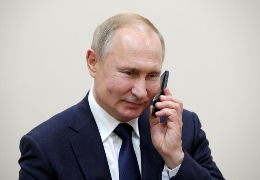 El presidente ruso Vladimir Putin habla por teléfono.