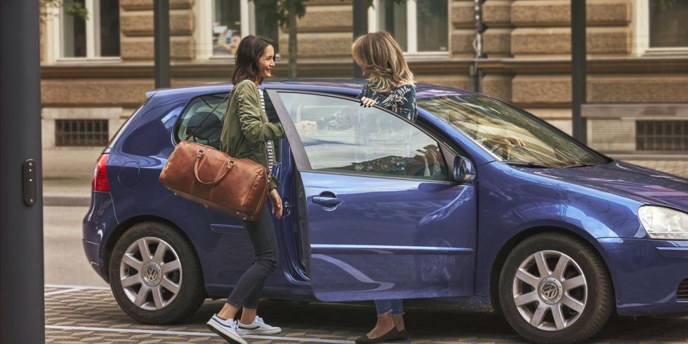 Imagen de dos mujeres compartiendo un BlaBlaCar
